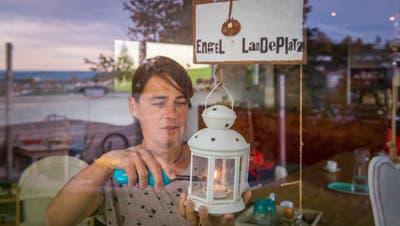 Claudia Weideli-Krapf zündet in Erinnerung an ihre verstorbene Tochter Lina eine Kerze an. (Bild: Urs Bucher)