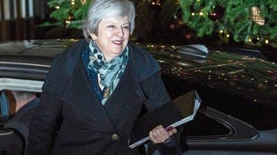 Eine beschauliche Adventszeit sieht trotz überstandenem Votum anders aus – Theresa May kämpfte gestern um ihr politisches Überleben. (Bild: Will Oliver/EPA; London, 12. Dezember 2018)