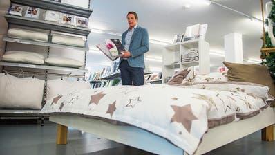 Thomas Meier, CEO des Lehner-Versands, in der Bettwäsche-Abteilung der Filiale in Schenkon. Bild: Dominik Wunderli (11. Dezember 2018)