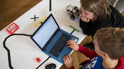 In Uri sollen Open-Source-Programme auch an Schulen genutzt werden.(Bild: Schüler beim Programmieren eines Legoroboters, Keystone/Peter Klaunzer, November 2018)
