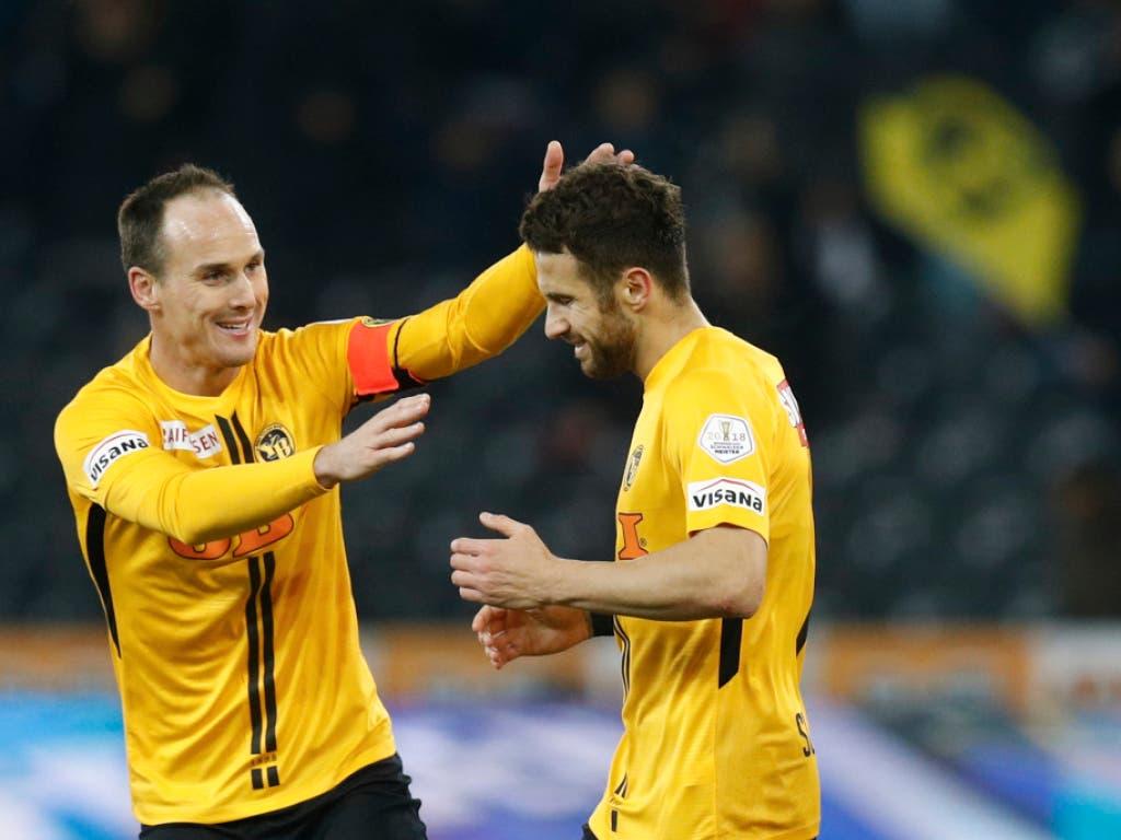 Mit Steve von Bergen (links) und Miralem Sulejmani fehlen YB zwei wichtige Teamstützen gegen Juventus (Bild: KEYSTONE/PETER KLAUNZER)