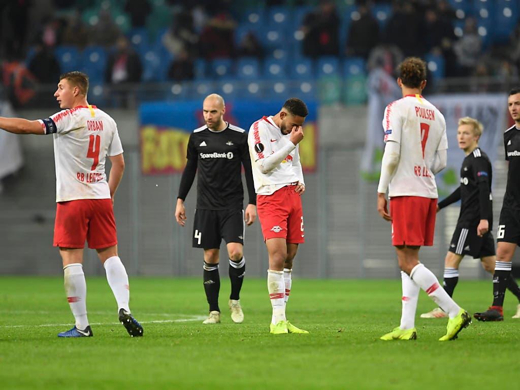 Hängende Köpfe bei den Spielern von RB Leipzig nach dem 1:1-Ausgleich von Rosenborg Trondheim (Bild: KEYSTONE/EPA/FILIP SINGER)