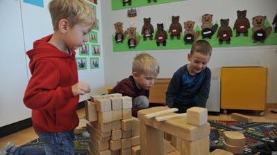 Attinghauser Kindergartenkinder beim Spielen. (Bild: Urner Zeitung, Attinghausen, 20. April 2017)
