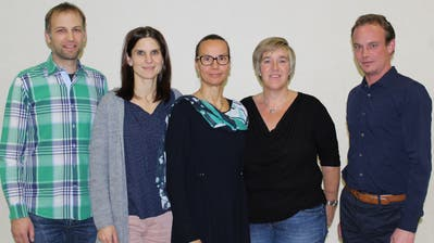 Die Schulbehörde: Simon Gabathuler, Irene Krapf, Präsidentin Vroni Diethelm, Karin Richiger und Kurt Müller. (Bild: Manuela Olgiati)