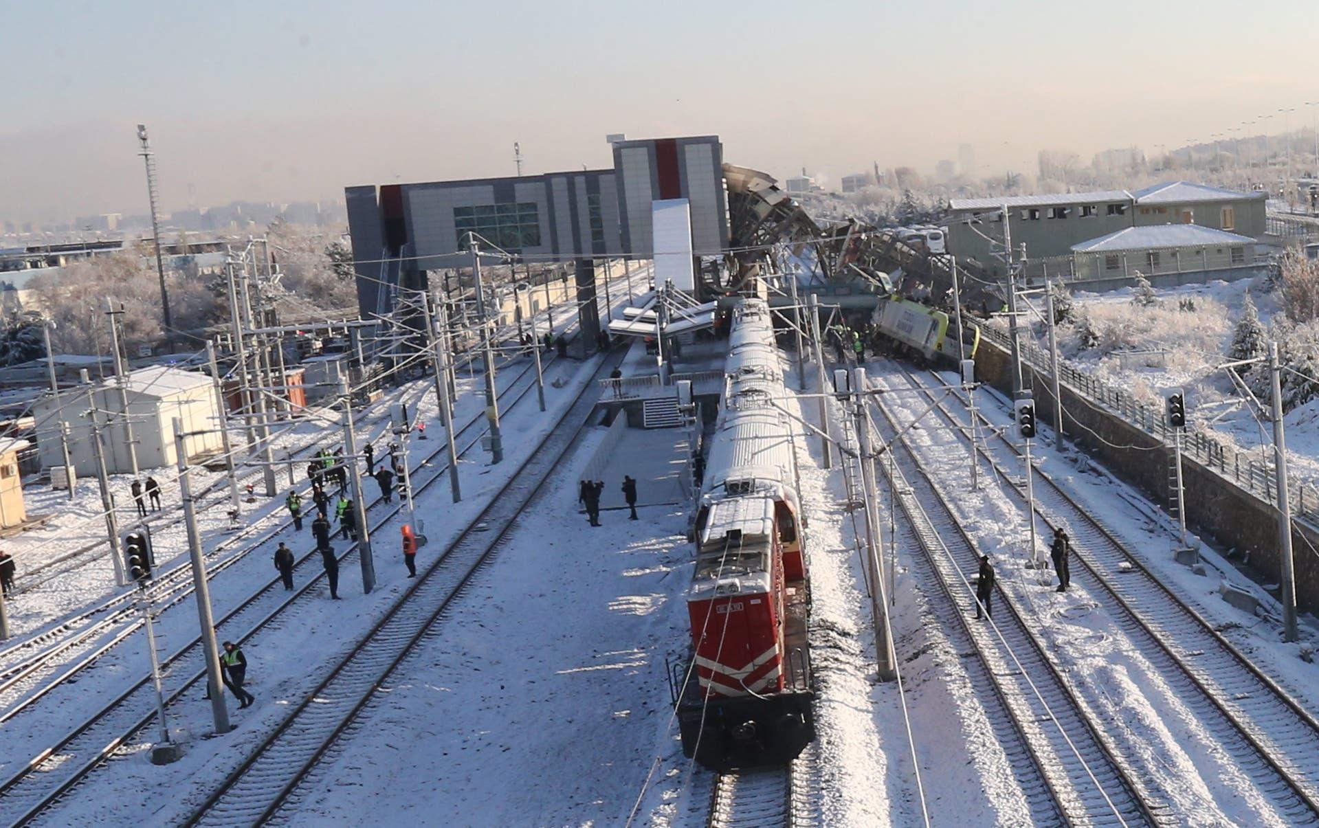 Der entgleiste Zug nach dem Aufprall auf eine Lokomotive, die auf dem Geleise stand. Der Schnellzug kollidierte mit einem Regionalzug, wie der Gouverneur der Provinz Ankara, Vasip Sahin mitteilte. (Bild: EPA/STRINGER (Ankara, 13. Dezember 2018))