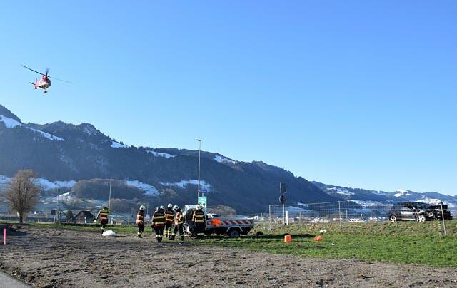 Der Rega-Heli setzt zur Landung an. Der Fahrer des Lieferwagens musste nach einer Erstversorgung durch den Rettungsdienst von der Rettungsflugwacht in eine Spezialklinik geflogen werden. (Bild: Silvia Gisler/March-Anzeiger (Reichenburg, 13. Dezember 2018))
