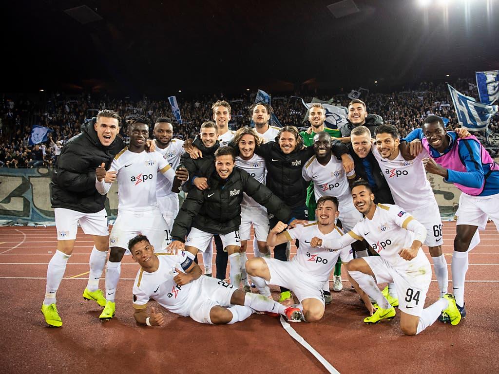 Drei Spiele, drei Siege zum Auftakt: Die FCZ-Spieler feiern nach dem spektakulären 3:2-Heimsieg gegen Bayer Leverkusen vor der Südkurve (Bild: KEYSTONE/ENNIO LEANZA)