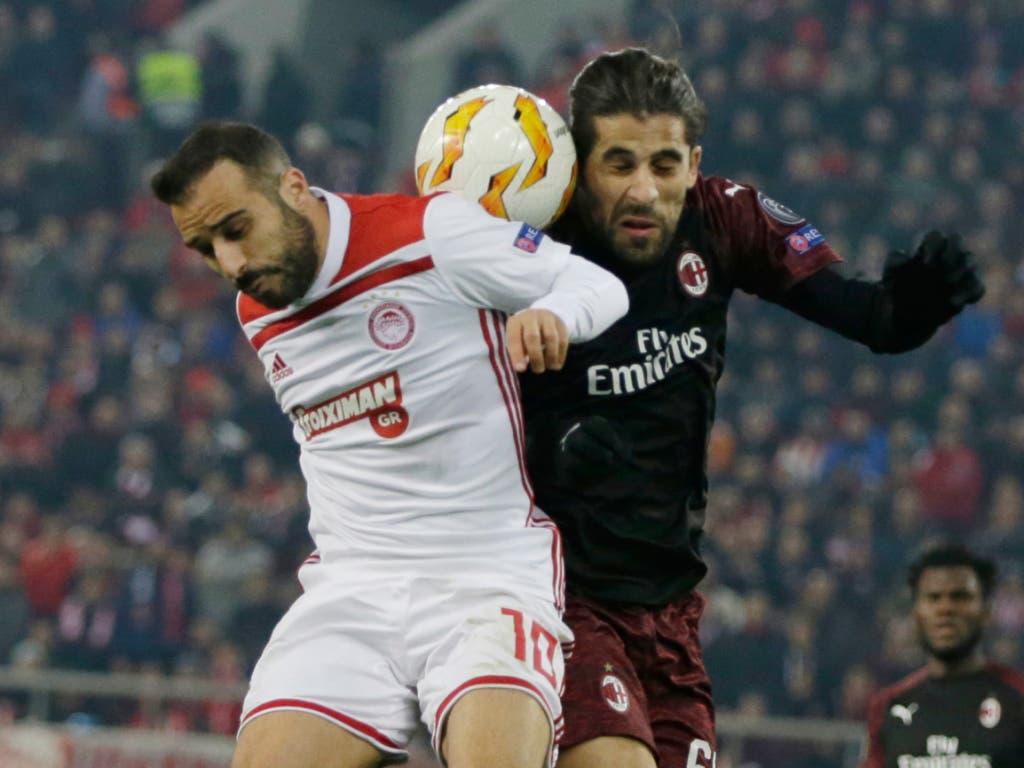 Milans Ricardo Rodriguez im Zweikampf mit Olympiakos-Spieler Gianni Fetfatzidis (Bild: KEYSTONE/AP/THANASSIS STAVRAKIS)