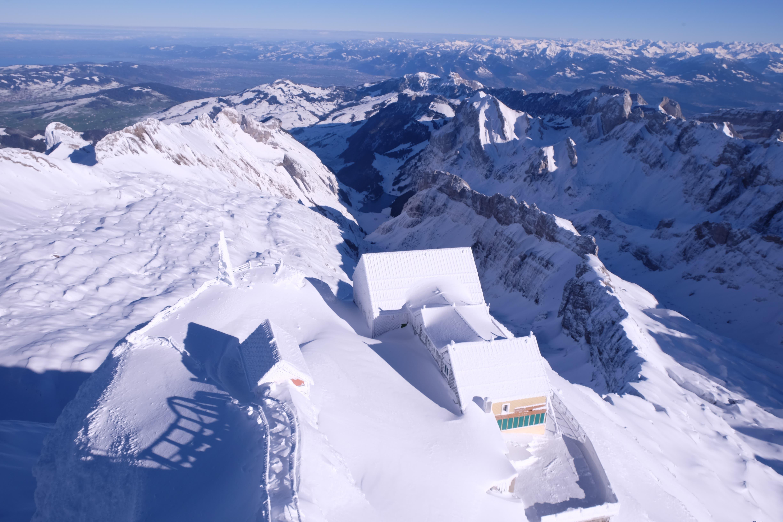 Blick zum verschneiten Berggasthaus Alter Säntis.