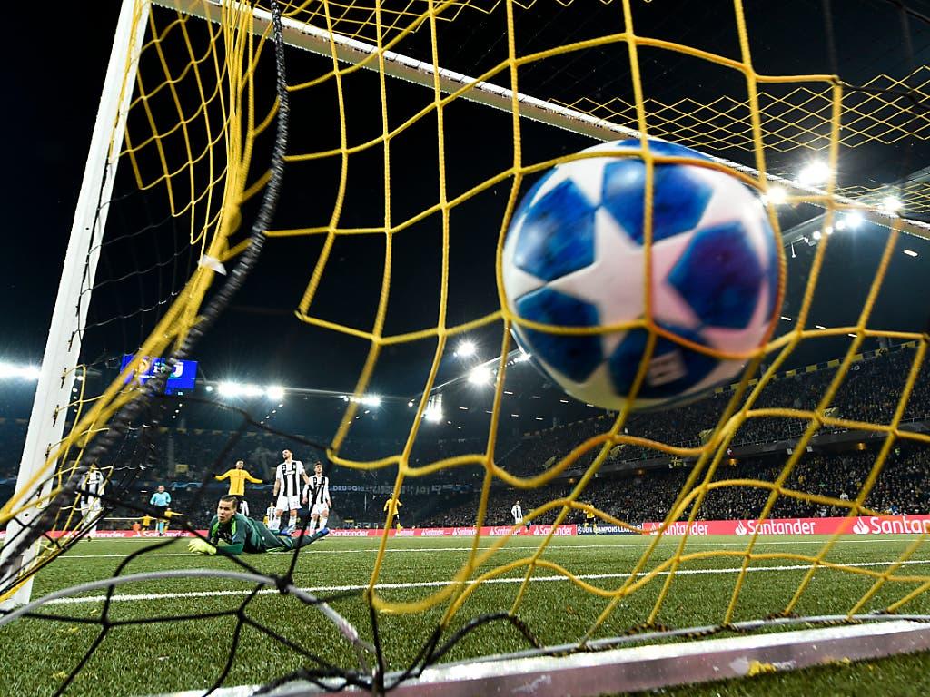 Ein denkwürdiges Tor: So liess Guillaume Hoarau den Ball zum 2:0 gegen Juventus Turin vom Netz auffangen (Bild: KEYSTONE/ANTHONY ANEX)