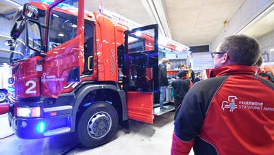 Die Feuerwehrleute bestaunen ihr Rüstlöschfahrzeug, das am Montag geliefert wurde. (Bild: Manuel Nagel)
