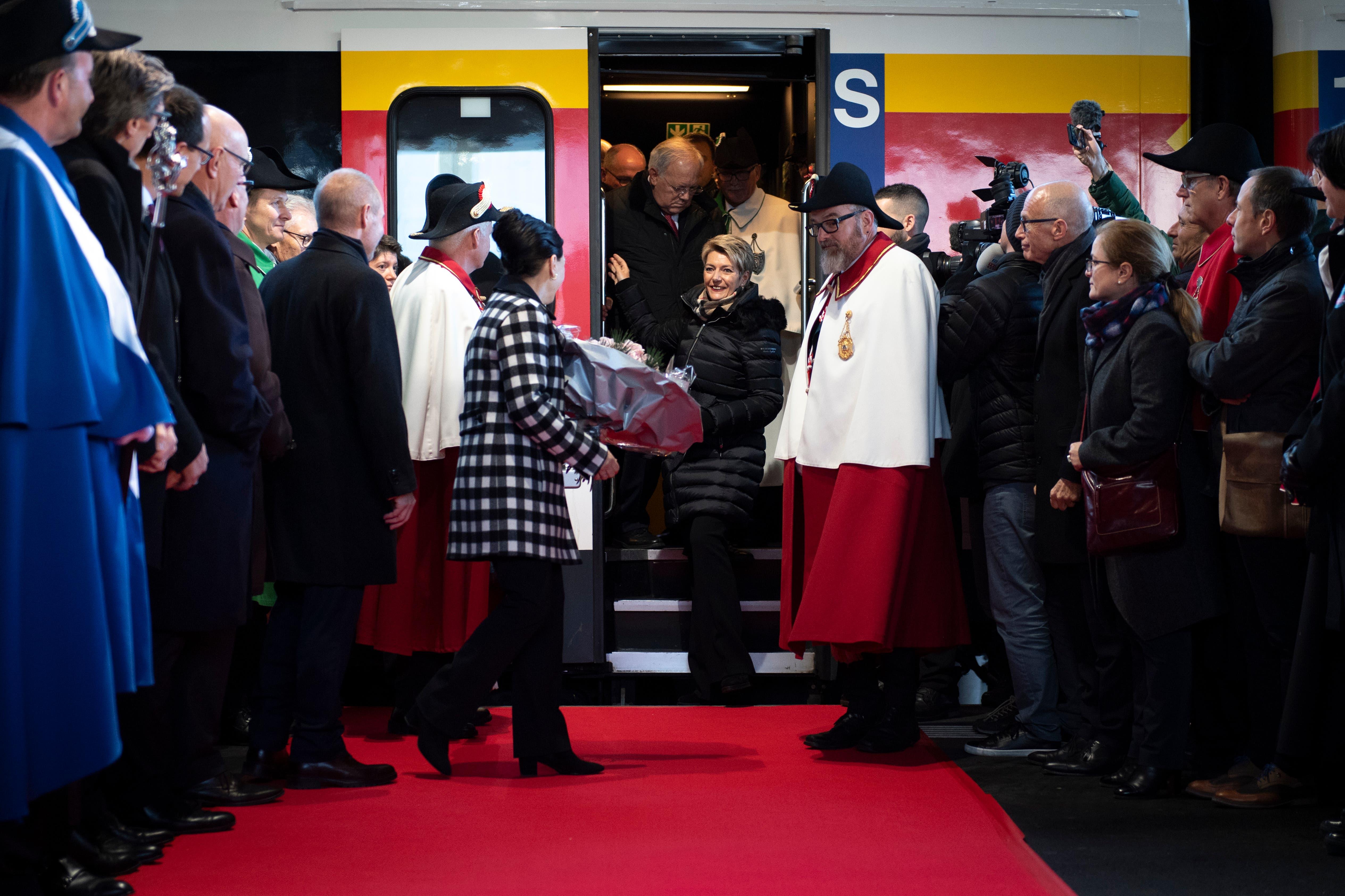 Der rote Teppich ist ausgerollt: Die neue Bundesrätin Karin Keller-Sutter wird nach ihrer Wahl am Bahnhof St. Gallen empfangen. (Bild: Gian Ehrenzeller/Keystone (St. Gallen, 13. Dezember 2018))