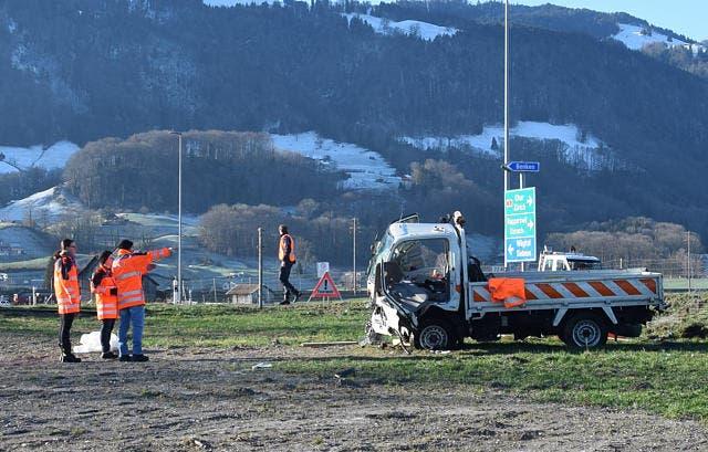 Der Wagen des Strassenunterhalts landete im Wiesland. Dessen 55-jähriger Lenker wurde im Fahrzeug eingeklemmt und erlitt schwere Verletzungen. (Bild: Silvia Gisler/March-Anzeiger (Reichenburg, 13. Dezember 2018))