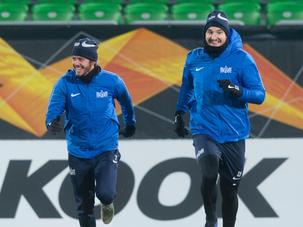 Trotz Temperaturen um den Gefrierpunkt ist die Stimmung bei Adrian Winter (links) und Alain Nef gelassen (Bild: KEYSTONE/MELANIE DUCHENE)