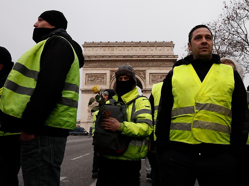 Erste Demonstrierende bereits vor Ort: «Gelbwesten» am Arc de Triomphe auf den Champs Elysees in Paris am Samstagmorgen. (Bild: KEYSTONE/EPA/ETIENNE LAURENT)