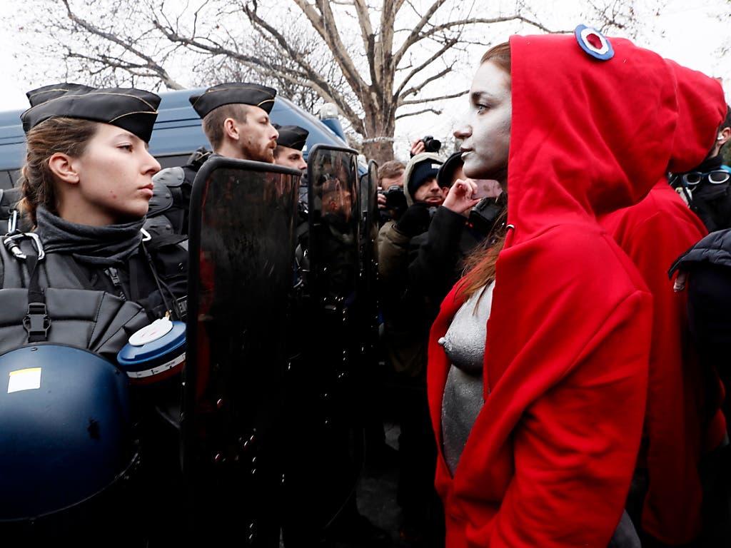 «Gelbwesten»-Protest in Paris - als Marianne verkleidet. Die französische Nationalfigur (rechts) trägt die phrygische Mütze aus der Französischen Revolution und tritt mit unbedeckter Brust auf. (Bild: KEYSTONE/EPA/ETIENNE LAURENT)