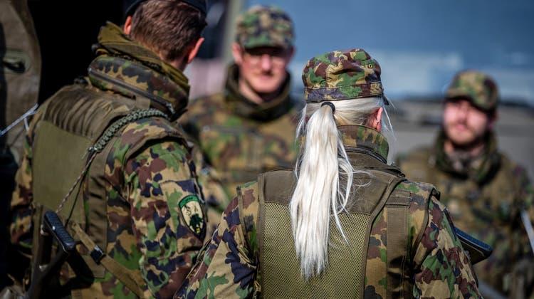 Obligatorische Infotage sollen mehr Soldatinnen bringen. (Themenbild: Philipp Schmidli)