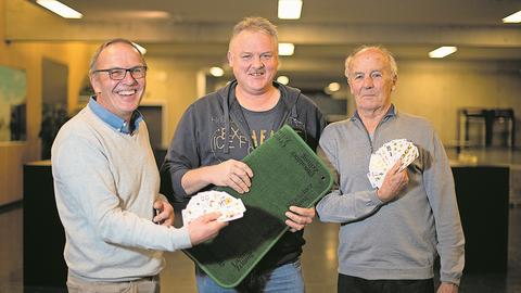 Das Podest der 12. Zentralschweizer Jassmeisterschaft: Beat Betschart (Mitte) gewinnt vor Josef Stocker (rechts) und Hans-Peter Rölli. (Bild: Corinne Glanzmann (Hochdorf,  16. Dezember 2018))