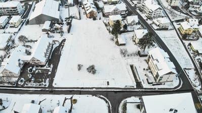 Das Dorfzentrum soll auf der Parzelle rechts neben dem Gemeindehaus entstehen. (Bild: Donato Caspari)