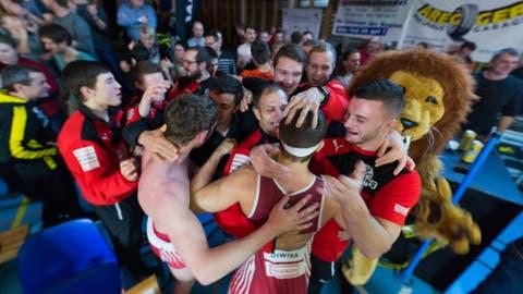 Die Willisauer feiern den klaren Heimsieg gegen Kriessern. (Bilder: Roger Grütter (Willisau, 15. Dezember 2018))