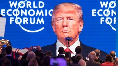 Forums-Teilnehmer verfolgen am WEF Anfang dieses Jahres den Auftritt von US-Präsident Donald Trump. (Bild: Gian Ehrenzeller/Keystone; 26. Januar 2018)