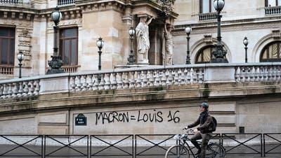 Vereinfachte Volksinitiativen würden letztlich auch die Macht des Präsidenten einschränken. (Bild: Kamil Zihnioglu/AP; Paris, 2. Dezember 2018)