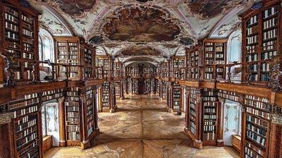 Ein Textildesigner und eine Lichtkünstlerin haben die Stiftsbibliothek entrümpelt