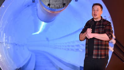 Elon Musk spricht in Hawthorne (Bild: Robyn Beck/Pool Photo via AP)
