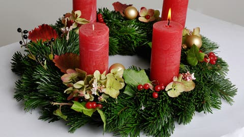Die Kerzen auf Adventskränzen soll man nie unbeaufsichtigt brennen lassen. (Bild: PD)