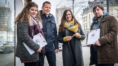 Die jungen Genossen Fabienne Herzog, Adrian Knecht, Charis Kuntzemüller und Julian Fitze mit ihrer Petition. (Bild: Andrea Stalder)