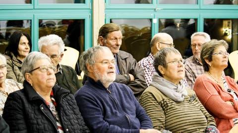 In der Schlattinger Gemeindeschür fanden sich 37 Stimmbürger zur Budget-Versammlung ein. (Bilder: Dieter Ritter)
