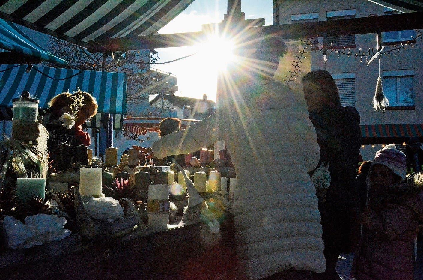 Der Münchwiler Chlausmarkt auf dem Bahnhofplatz strahlt im Sonnenlicht.