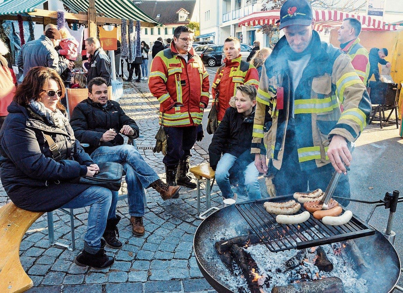 Bei rund zwölf Grad Celsius wurde es rund um den offenen Grill der Feuerwehr Münchwilen richtig warm. (Bild: Bilder: Christoph Heer)