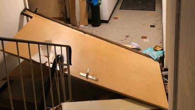 Die Explosion war so heftig, dass die Türe aus dem Rahmen gesprengt wurde. (Bild: Kapo SG)