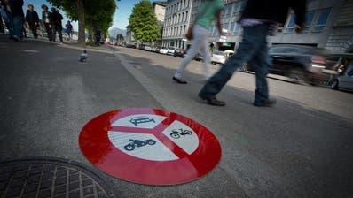 Die Bahnhofstrasse und der Theaterplatz sollen nach dem Willen des Stadtparlaments möglichst rasch autofrei werden. (Archivbild: Pius Amrein)