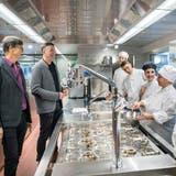 Inspektion der neuen Küche durch Jürg Bregenzer (links) und Stephan Lauinger. (Bild: Andrea Stalder)