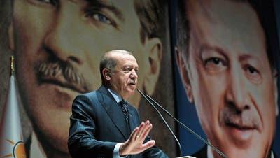 Der türkische Regierungschef Recep Tayyip Erdogan. Im Hintergrund: ein Bild des Staatsgründers Mustafa Kemal Atatürk. Bild: AP (Ankara, 14. September 2018)