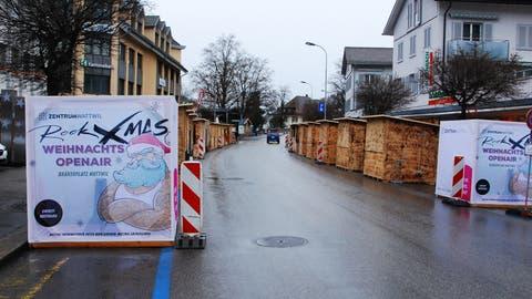Die Stände am Weihnachtsmarkt in Wattwil, bevor am Abend wieder  die Tore öffnen und ihr Angebot angepriesen wird. (Bild: Flurina Lüchinger)