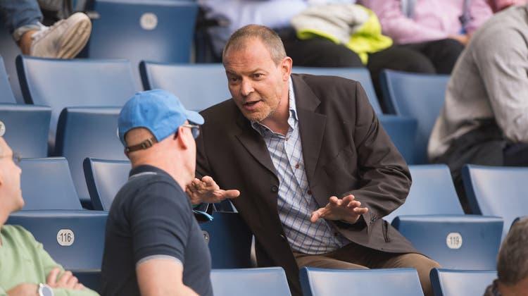 Oliver Schmid auf der Tribüne der Swisspor-Arena im Gespräch mit einem Luzerner Fussballfan. (Bild: Dominik Wunderli (Luzern, 11. Mai 2016))