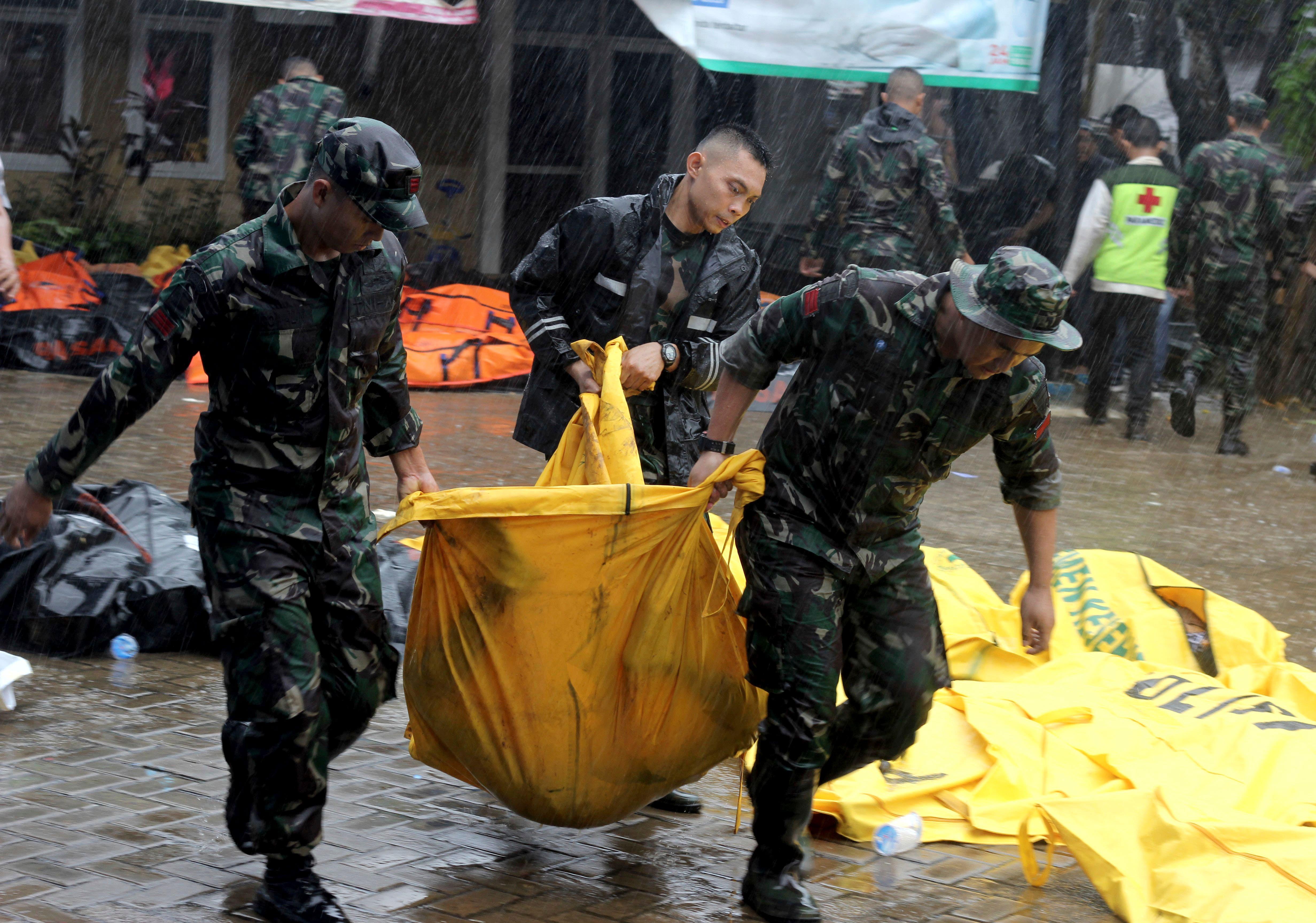 Ein Opfer der Tsunami-Katastrophe wird von Soldaten weggetragen. (Bild: Ariesto Ishak/AP (Carita, 23. Dezember 2018))