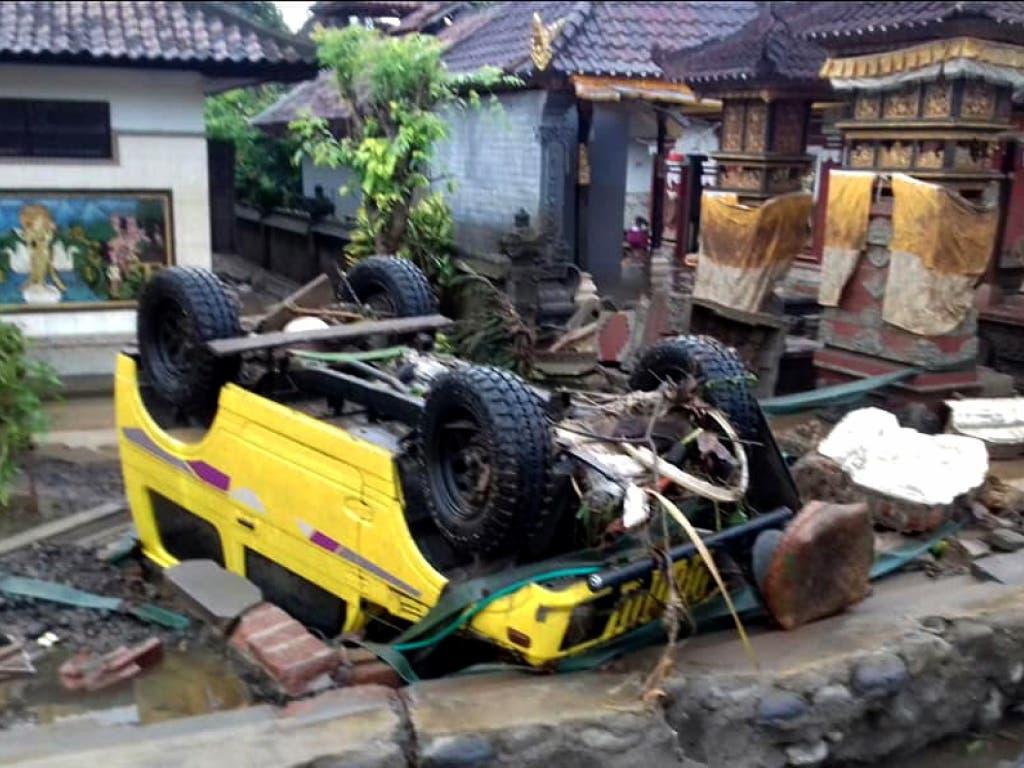 Auto umgestossen: Der Tsunami zerstörte in Anyer in Indonesien ganze Strassenzüge. (Bild: KEYSTONE/EPA BNPB/BNPB / HANDOUT)