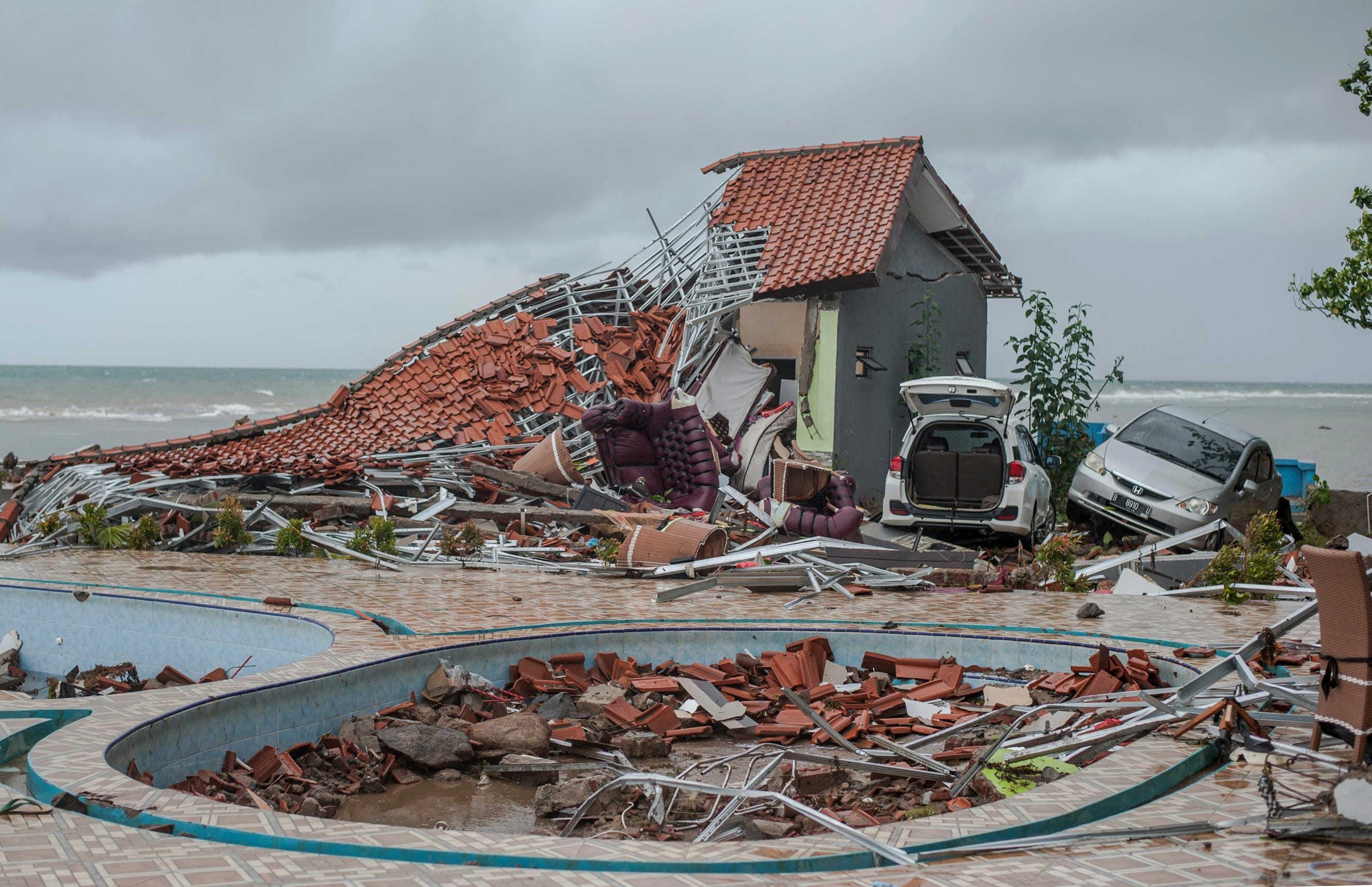Dieses Haus stürzte wie ein Kartonhaus in sich zusammen. Bild: Fauzy Chaniago / AP)