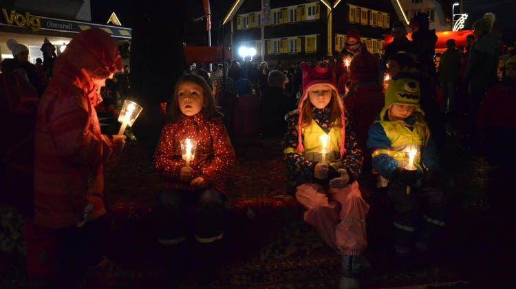 Die Kinder horchen gebannt dem Weihnachtsmärchen von Lisbeth Wirth. (Bild: Christoph Heer)