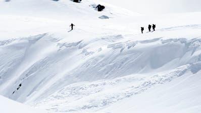An Heiligabend herrscht in vielen höher gelegenen Gebieten der Alpen grosse Lawinengefahr. (Bild: KEYSTONE/JEAN-CHRISTOPHE BOTT)