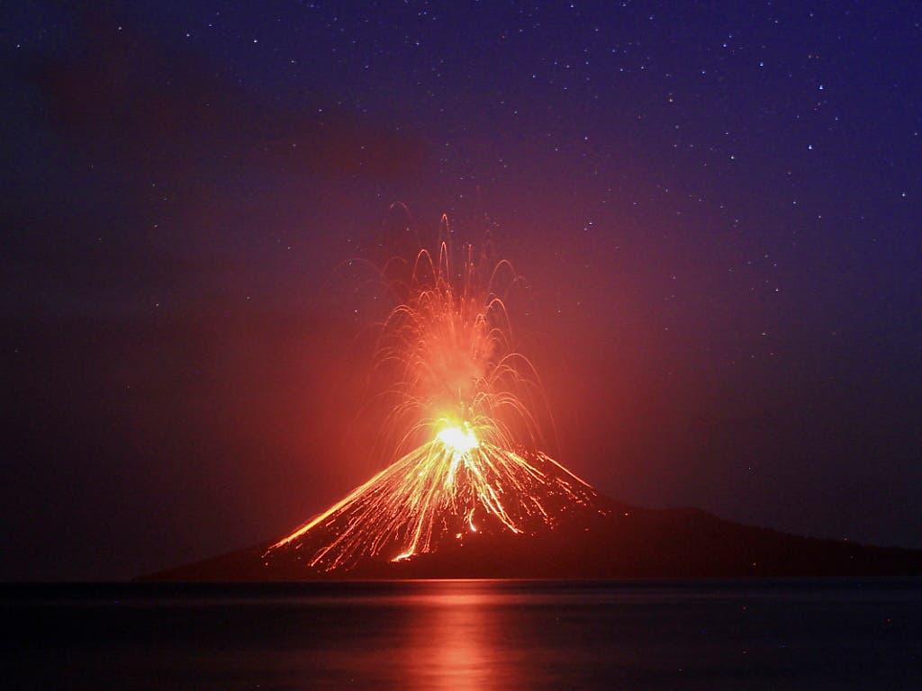 Als möglichen Grund für den Tsunami nennen Experten einen Ausbruch des Fulkans Anak Krakatau. (Bild: KEYSTONE/EPA/GHAZALI)