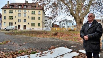 Eigentümer Carmelo Pepi auf der Bündnerhof-Parzelle, die im nächsten Jahr überbaut werden soll. (Bild: Max Eichenberger)
