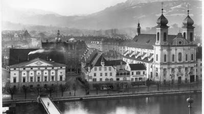 Bis ins Jahr 1949 stand zwischen Theater und der Jesuitenkirche noch der Freienhof, ein gotisches Gebäude. (Bild: Stadtarchiv Luzern)