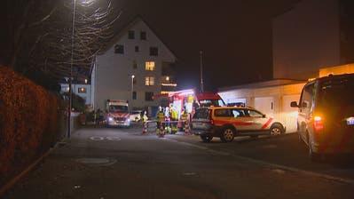 Für zwei ältere Bewohner einesMehrfamilienhauses an der Feldeggstrasse kam jede Hilfe zu spät. (Bild: BRK News)