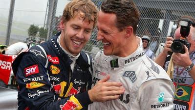 Michael Schumacher und Sebastian Vettel (links) feiert an der Formel-1-Weltmeisterschaft inSao Paulo. (Bild: EPA/ Jens Büttner, 25 November 2012)
