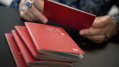 Die Zahl der Einbürgerungsgesuche sinkt: Ausländer zeigen weniger Interesse am roten Pass